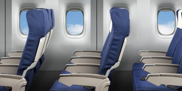 Are dreptul la ambele cotiere persoana care stă în mijlocul rândului, în avion?